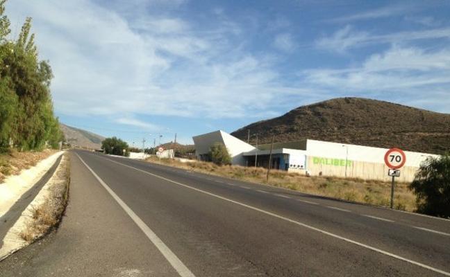 Paso a distinto nivel en la carretera que sirve de enlace entre el Poniente y La Alpujarra