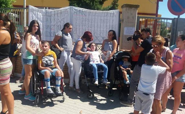 Educación aguanta el pulso ante los padres del colegio Celia Viñas de Berja