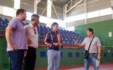 Obras en la pista cubierta del estadio Miramar de Adra para evitar goteras