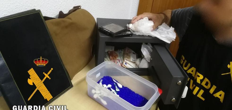 Desmantelan un punto de venta de droga en un establecimiento hostelero de Adra
