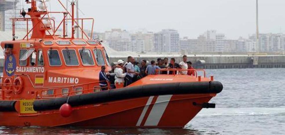 Rescatan a 20 personas, dos de ellas mujeres, de una patera en Adra