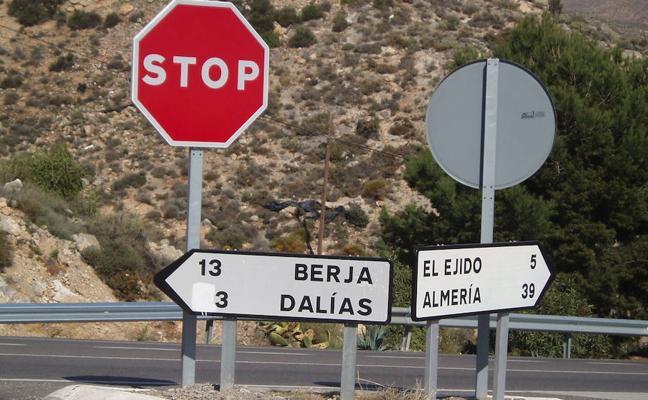 Corte de la carretera de Berja a El Ejido en Dalías
