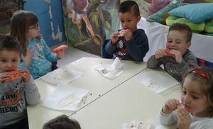 La fruta se cuela en la lección del día para 600 alumnos de Adra