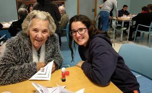 Estudiantes de Berja contagian su alegría de vivir a los mayores de la residencia