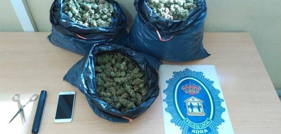 Un detenido en Adra al transportar 3,5 kilos de marihuana en su coche