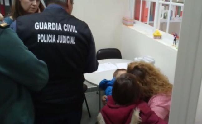 Entregan los niños de Alcalá la Real a su madre