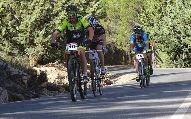 Un centenar de ciclistas en la dura cronometrada Menas-Serón