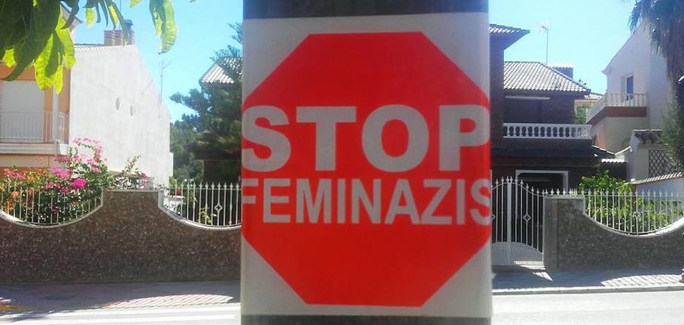 Femaxi denuncia la colocación de adhesivos de Stop Feminazis en Purchena