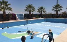 El Ayuntamiento mejora la seguridad de la piscina municipal y procede a su puesta a punto para el verano