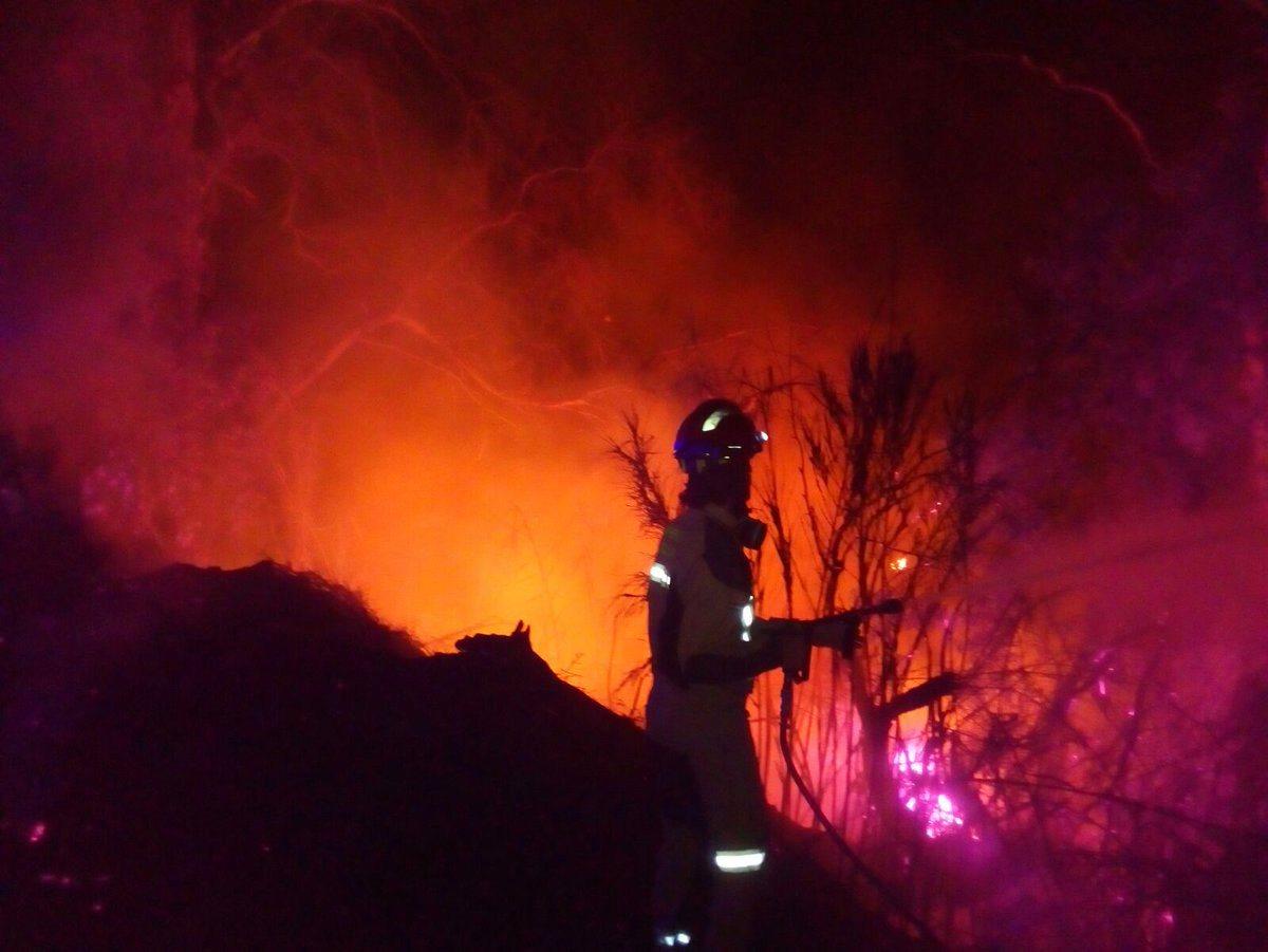Los bomberos sofocaron ayer lunes varios incendios en el municipio y comarca