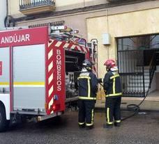 Arde el motor de un frigorífico y la actuación de los bomberos evita daños materiales