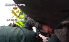 Detenidos dos hombres en Andújar circulando con 2,5 kilos de marihuana oculta en el parachoques