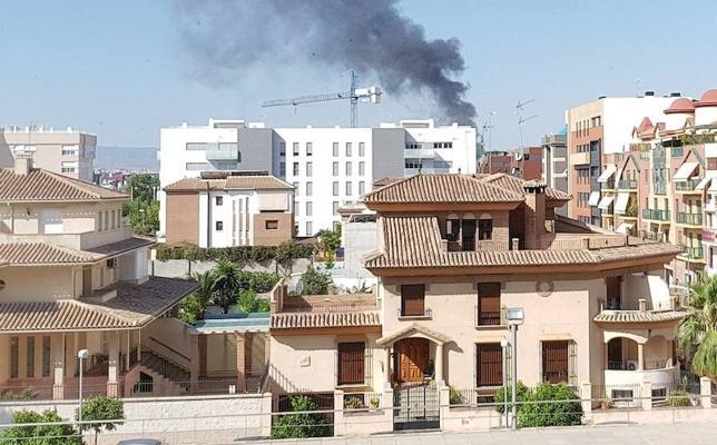 Incendio en una nave del Parque Albán en la carretera de Armilla