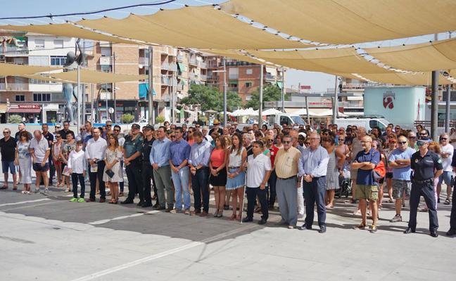 La Plaza del Ayuntamiento de Armilla acoge la concentración en repulsa por los atentados de Barcelona y Cambrils