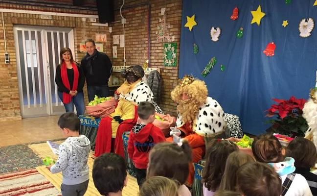 Cerca de 1.500 escolares de Armilla reciben como regalo de reyes un libro