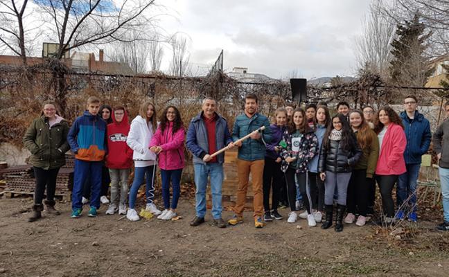 El IES José de Mora recibe un equipo de herramientas para su huerto escolar