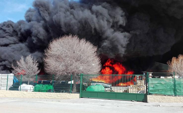 Arde una nave industrial en Caniles
