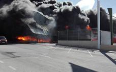 Dos personas atendidas por quemaduras en el incendio de una nave llena de plásticos en Caniles