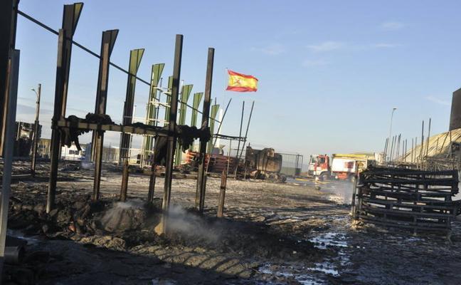 El incendio de Caniles deja dos heridos y cuatro naves arrasadas