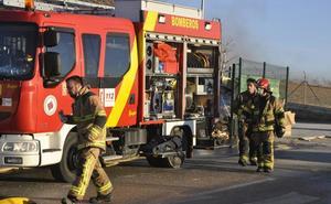 Los bomberos de Baza dan por sofocado el incendio en el polígono de Caniles tras 28 horas de intenso trabajo