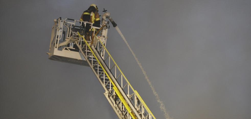 Los bomberos de Baza continúan extinguiendo las llamas en el polígono industrial de Caniles