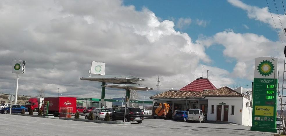 Un atracador deja encerrada a su víctima en una gasolinera de Baza