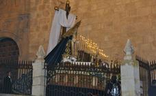 María Santísima al Pie de la Cruz procesiona en la noche bastetana