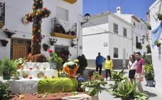 Comienzan a instalarse las Cruces de Mayo que en Baza se celebran hasta el domingo