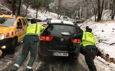 16 vehículos atrapados en la nevada del Puerto de las Palomas de Cazorla