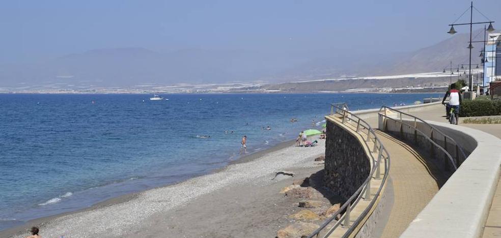 La playa de Balerma recibirá esta misma semana su esperada aportación de arena