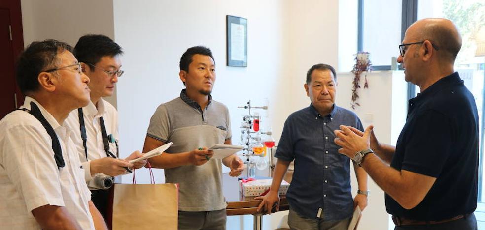 Productores y empresarios japoneses visitan el CUAM para conocer su labor