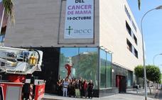 El Auditorio de El Ejido ya luce el lazo rosa del cáncer de mama