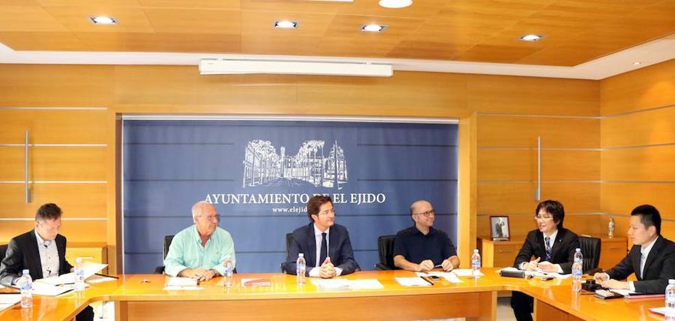 El alcalde recibe a una delegación japonesa interesada en la tecnificación agrícola de El Ejido