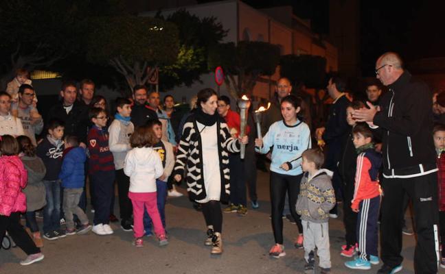 Noche de fuegos y música en torno a las hogueras de San Antón