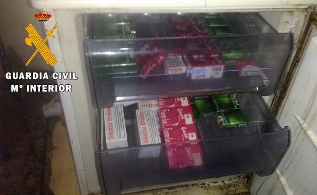 Intervienen 126 cajetillas de tabaco sin precintar en el congelador de un locutorio de El Ejido
