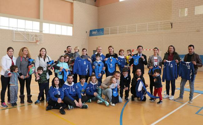 Los niños de la asociación Altea reciben 126 equipaciones para practicar deporte