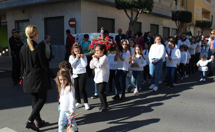 Los niños de Santa María del Águila sacan en procesión a la Virgen de los Dolores y el Cristo Jesús de Medinaceli