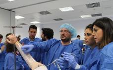 El Hospital de Poniente acoge un curso nacional sobre artroscopia y artroplastia