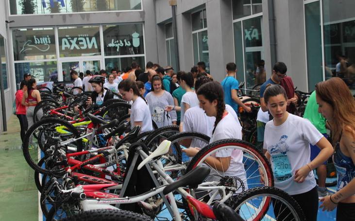 Un centenar de estudiantes de El Ejido participan en el Triatlón Promesas