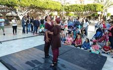 La danza y la pintura se dan la mano en 'Atrapada', en la plaza Antonio Mira