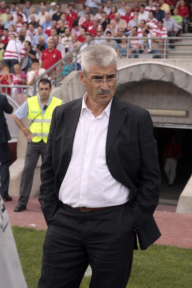 Fabri observa el desarrollo de un calentamiento previo a un partido del Granada.
