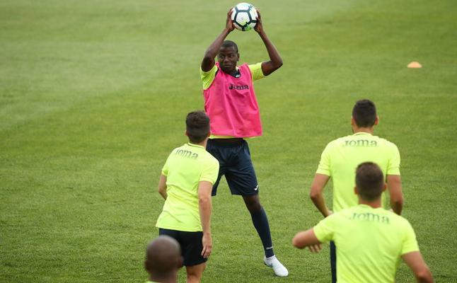 Ramos entrena como uno más con los suplentes y no citados para el Granada-Lorca