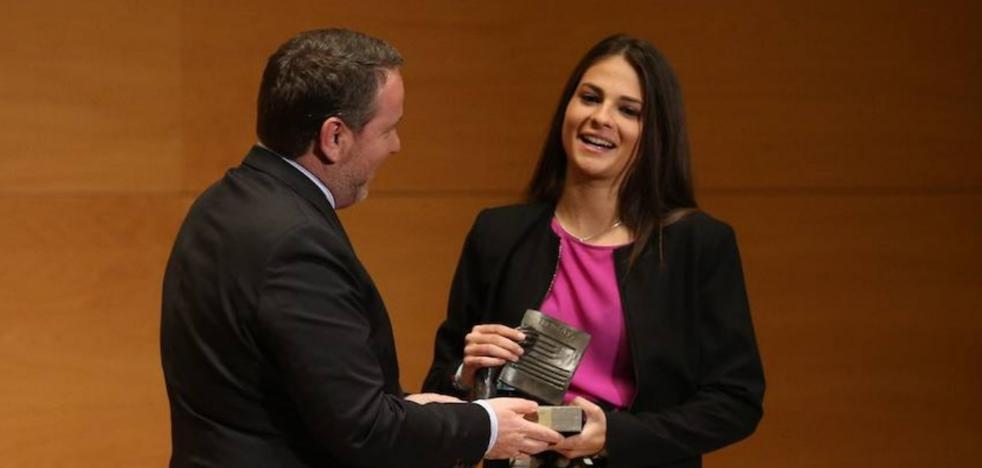 Laura Pérez, arropada por la cúpula del Granada en los Premios Ideales