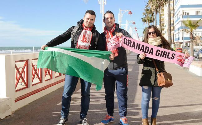 La afición del Granada inunda Cádiz con su ánimo