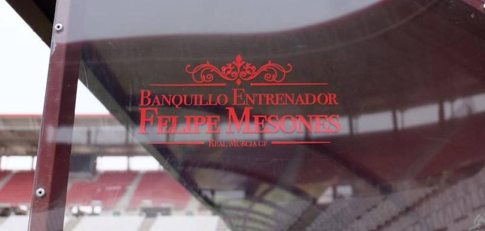 El Murcia bautiza a su banquillo en la Nueva Condomina con el nombre de Felipe Mesones
