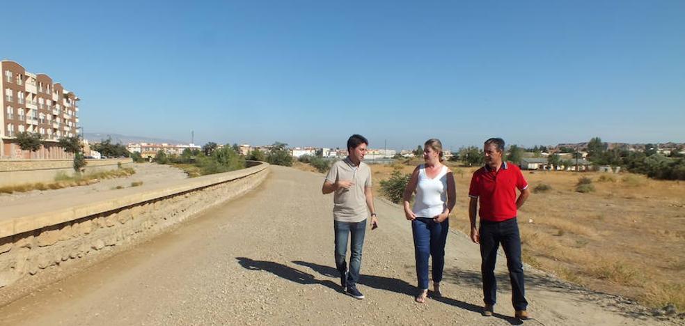 El Ayuntamiento procede a la adecuación del carril paralelo al río