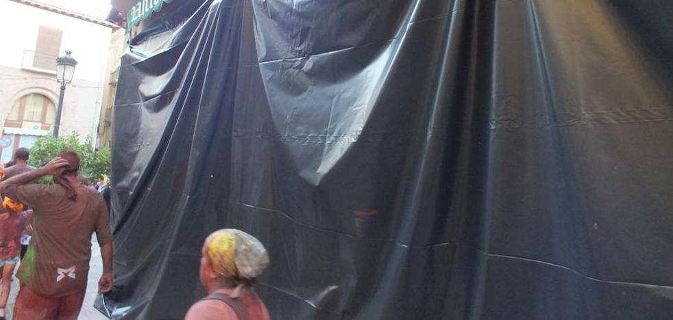 Los plásticos para proteger fachadas durante el Cascamorras se pueden solicitar en la Oficina de Turismo