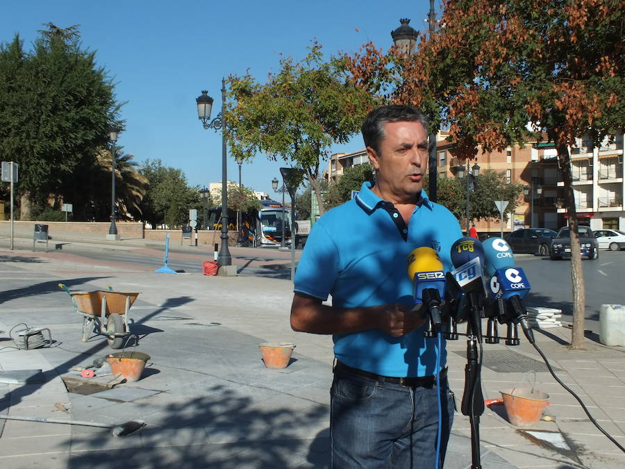 El Ayuntamiento inicia la reposición de baldosas en mal estado y continúa las tareas de pintura del carril bici