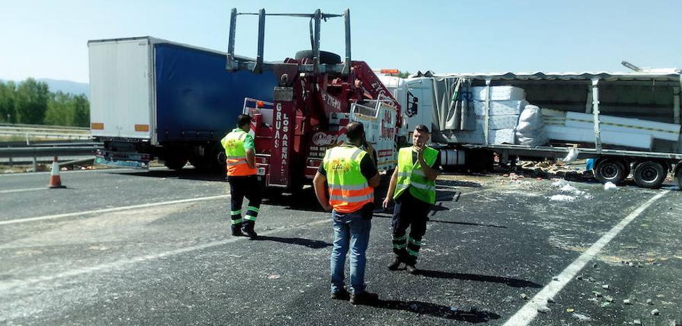 Un camión protagoniza un aparatoso accidente en la A-92 a la altura de Guadix