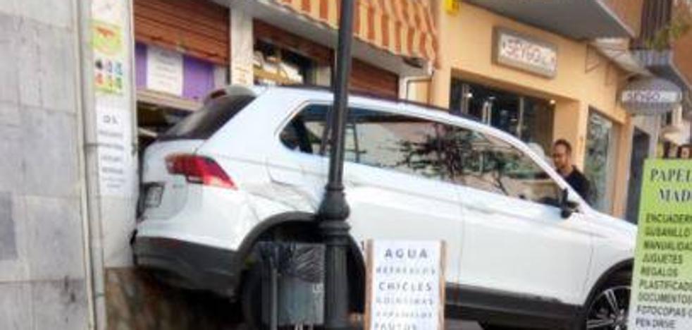 Un vehículo se empotra contra un comercio en el Arco de San Torcuato